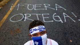 Od poloviny dubna zemřelo při protivládních protestech v Nikaragui už 300 lidí a na 860 dalších bylo zraněno. Demonstranti požadují odchod prezidenta Daniela Ortegy (27.5.2018).