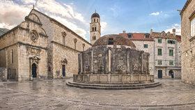 Od loňska reguluje návštěvnost starého města chorvatský Dubrovník, který v centru instaloval kamery a v případě potřeby omezuje vstup turistů do starého města, který je placený.