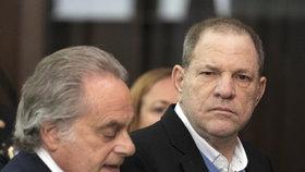 Harvey Weinstein byl propuštěn na kauci, ale má sledovací náramek.