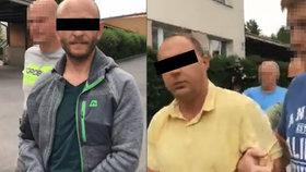 Expolicista (vpravo) měl ze žárlivosti před deseti lety zavraždit šestadvacetiletého mladíka. Kamarád (vlevo) mu pomáhal