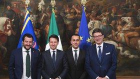Italský premiér  Giuseppe Conte (druhý zleva) s vicepremiéry Luigim Di Maiom (druhý zprava) a Matteom Salvinim (vlevo) a tajemník Giancarlo Giorgetti