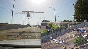 Pilotka s malým letadlem přistála v Huntington Beach přímo na silnici