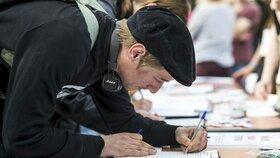 Lidé podepisují petici proti Babišovi