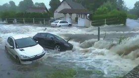 Záběr na povodně ve francouzském městě Piseux, kde zemřel jeden muž v havarovaném autě.