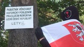 Členové hnutí První republika nalepili na památník v Letech cedule urážející Romy
