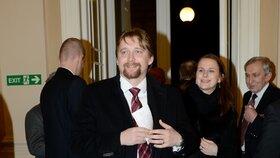 Pavel Dobeš v roce 2012 coby ministr dopravy přichází na Žofín na vyhlášení fotbalisty roku
