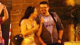 Tereza s Jakubem na romantické procházce setmělou Prahou.