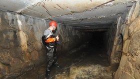 Hasiči prohledali podzemí. Pokračovat budou i následující den.