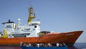 Loď Aquarius neziskové organizace SOS Méditerranée odmítli v Itálii
