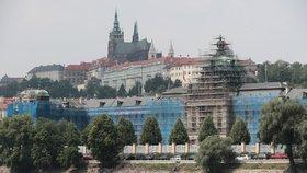 Pražský hrad a pod ním Úřad vlády s modrými doplňky. Strakova akademie prochází nákladnou rekonstrukcí. Premiér Babiš se proto přestěhoval do náhradní kanceláře
