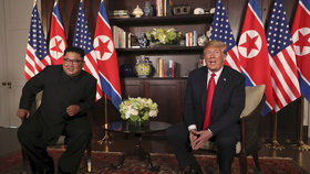 Historický summit KLDR-USA zahájilo potřesení rukou dvou osobností: Amerického prezidenta Donalda Trumpa a severokorejského vůdce Kim Čong-una.