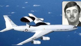 Americký dezertér a letoun AWACS, na kterém sloužil.