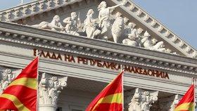 Makedonské vlajky před parlamentem v Skopji