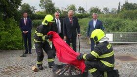 Miloš Zeman svolal mimořádný brífink, aby spálil červené trenky, které skupina Ztohoven vyvěsila v roce 2015 nad Pražským hradem místo prezidentské standarty.