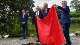 Miloš Zeman svolal mimořádný brífink, aby spálil červené trenky, které v roce 2015 skupina Ztohoven vyvěsila nad Pražským hradem místo prezidentské standarty.