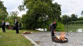 Miloš Zeman svolal mimořádný brífink, aby spálil červené trenky, které v roce 2015 skupina Ztohoven vyvěsila nad Pražským hradem místo prezidentské standarty (14. 6. 2018).