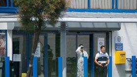 Francouzská policie v neděli v přímořském městě La Seyne-sur-mer na jihu země zadržela ženu, která s nožem v ruce a s výkřikem Alláhu akbar (Bůh je velký) zranila v obchodě dva lidi.