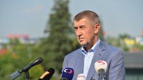 Babiš po schůzce v Lánech mluví k novinářům v Průhonicích.