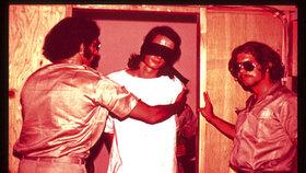 Dozorci vězně spoutali a přes oči jim nasadili pásku