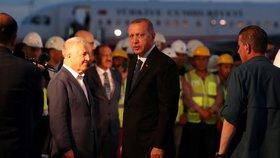 Turecko čekají v neděli parlamentní a prezidentské volby, v nich je favoritem stávající hlava státu Erdogan.