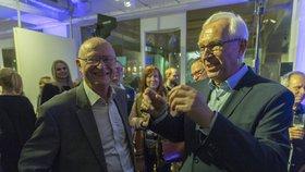 Václav Pačes v družném rozhovoru s prezidentským kandidátem Jiřím Drahošem