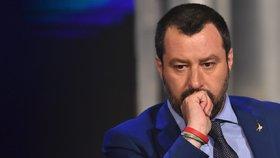 Ministr vnitra a šéf protiimigrační Ligy Matteo Salvini zakázal, aby se běženci v přístavu Trapani  vylodili