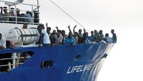 Loď plná uprchlíků dál marně hledá přístav. Nesmí do Itálii, ani na Maltu
