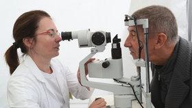 Andrej Babiš si na Dni zdraví nechal změřit zrak i tlak.
