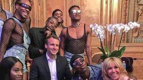 Snímek prezidenta Macrona, první dámy a LGBT tanečníků vyvolal kritiku opozice.