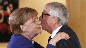 Německou kancléřku Angelu Merkelovou v Bruselu vítal předseda Evropské komise Jean-Claude Juncker.