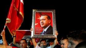 Podporovatelé prezidenta Erdogana slaví, ten se prohlásil za vítěze voleb v Turecku (24. 6. 2018)
