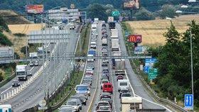 Trpělivostí se musí řidiči obrnit už na tuzemských tazích. O prázdninách pokračují práce na modernizaci pěti úseků dálnice D1.