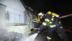 Požár automobilu, který přeskočil na obytný dům, někdo založil úmyslně.