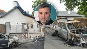 Místo zkázy. Palaščákův vůz lehl popelem, na odpis je i druhé auto, které stálo před domem.