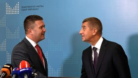 Jan Hamáček přijímá gratulace od Andreje Babiše. Od teď bude šéf ČSSD řídit ministerstvo vnitra (27. 6. 2018).