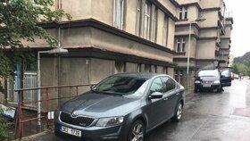 Kriminalisté z Národní centrály proti organizovanému zločinu zasahují v nemocnici Na Bulovce.