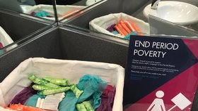 Skotsko bojuje proti menstruační chudobě. Na záchodech letiště v Glasgow přibyly košíky s tampony a vložkami.