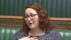 Poslankyně Danielle Rowleyová v Dolní sněmovně otevřela otázku menstruační chudoby.