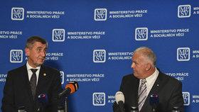 Premiér Andrej Babiš (vlevo) a ministr práce a sociálních věcí Petr Krčál na tiskové konferenci uspořádané poté, co byl nový ministr uveden do úřadu 29. června v Praze