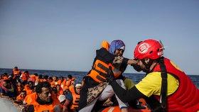 Zachránění byli dopraveni do Tripolisu, kde mají být umístěni do vazebního střediska. (ilustrační foto)