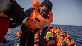 Přes Středozemní moře míří do Evropy další a další migranti.