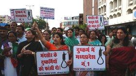 V ulicích měst se zvedla vlna protestů požadující dopadení a tvrdé potrestání pachatelů znásilnění a vražd na malých dívkách.