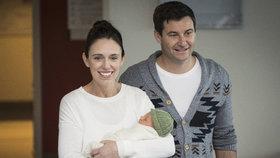 Novozélandská premiérka Jacinda Ardernová s partnerem Clarkem Gayfordem a jejich dcerou Neve