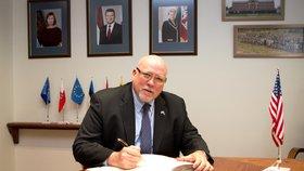 Americký velvyslanec v Estonsku James D. Melville rezignoval.