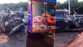 Tragédie kousek od KVIFF: Řidič (†26) zapasoval luxusní vůz pod kamion. Střet nepřežil.