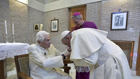 Papež Benedikt se po odmlce objevil na veřejnosti. Po boku papeže Františka se zúčastnil jmenování nových kardinálů.
