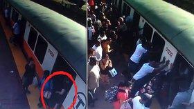 Ženě se zasekla noha mezi nástupištěm a vlakem, cestující pomohli.