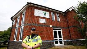 Policista hlídkuje před baptistickým kostelem v Amesbury poté, co byli v oblasti hospitalizování dva lidé kvůli údajné otravě.