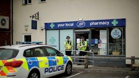 Policisté hlídkují také před lékárnou v Amesbury.