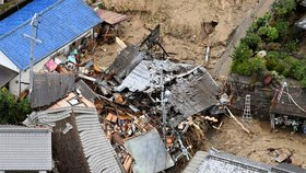 Budova zničená při sesuvu půdy v Sakašo, v prefektuře Hirošima na jihozápadě Japonska. Jen v prefektuře Hirošima zemřely desítky lidí.